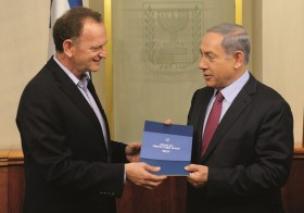 "Maj. Gen. Yohanan Locker presents the Locker committee report on the defense budget, to Israeli Prime Minister Benjamin Netanyahu, at PM Netanyahu's office in Jerusalem on July 07, 2015. Photo by Amos Ben Gershom/GPO *** Local Caption *** àìåó (îéì) éåçðï ìå÷ø îâéù àú ãå""ç äåòãä áøàùåúå ìøàù äîîùìä áðéîéï ðúðéäå"